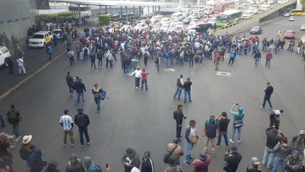 Policías federales bloquean AICM; saldo: 32 lesionados