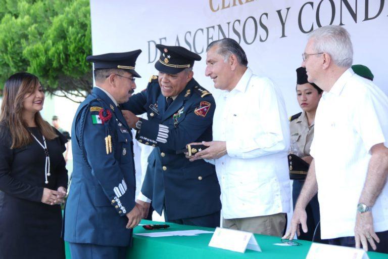 Atestigua gobernador de Tabasco ascensos y condecoraciones a militares
